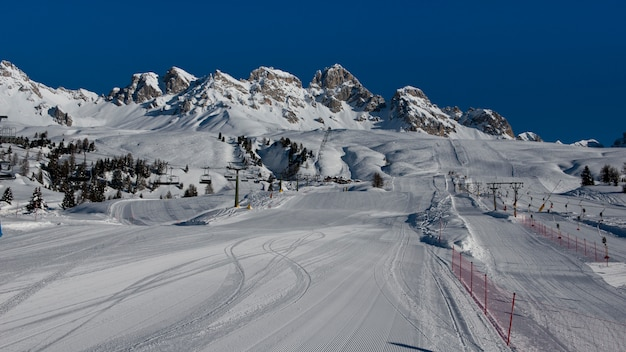 Bergen en skipistes in passo san pellegrino Premium Foto