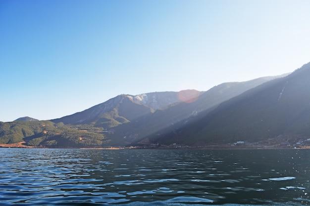 Bergen met een meer aan je voeten Gratis Foto