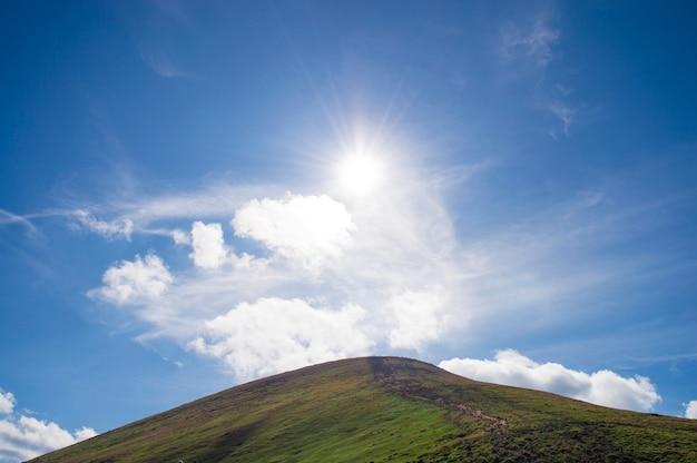 Bergen tegen de blauwe hemel Premium Foto