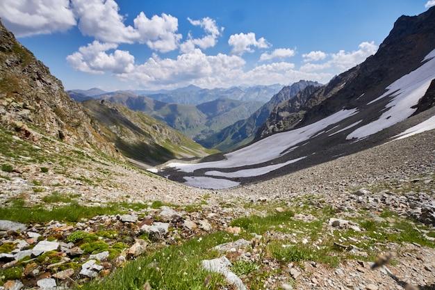 Bergen van de kaukasus variëren arkhyz, sofia meer, bergen beklimmen, wandelen en wandelen. fabelachtige bergen van de kaukasus in de zomer. grote watervallen en diepblauwe meren. buitenrecreatie Premium Foto