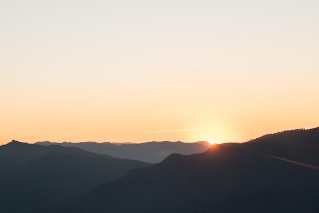 Bergketen in de ochtend, silhouet laag berg Gratis Foto