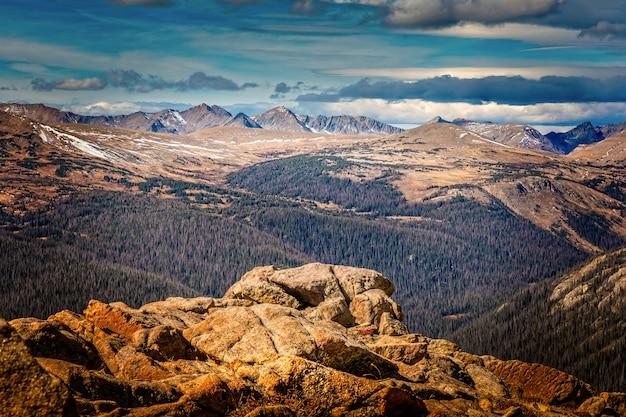 Bergketen van de rocky mountains gezien vanaf de forest canyon overlook in het rocky mountain national park, in colorado Premium Foto