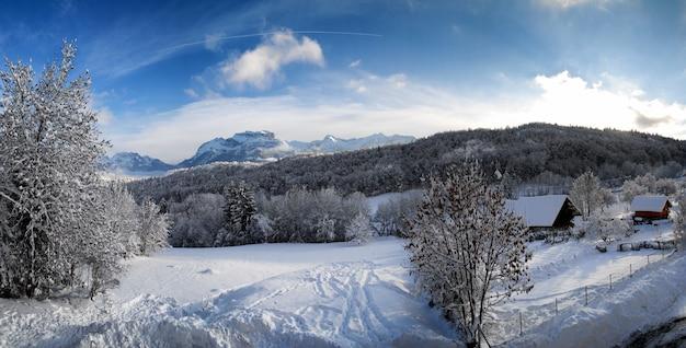 Berglandschap in de sneeuw in de alpen Premium Foto