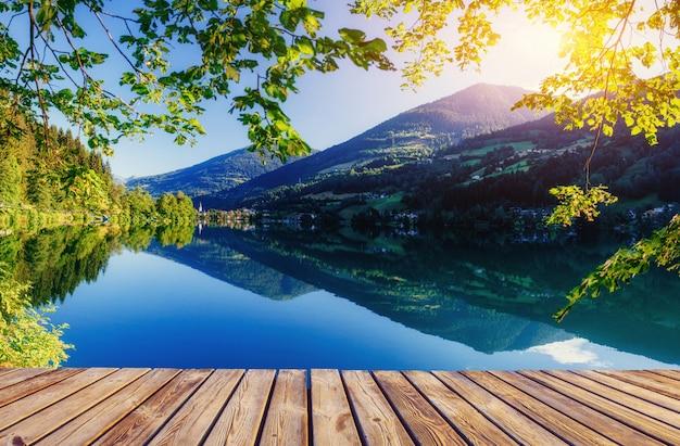 Bergmeer tussen door bergen. villa aan zee. italië Premium Foto