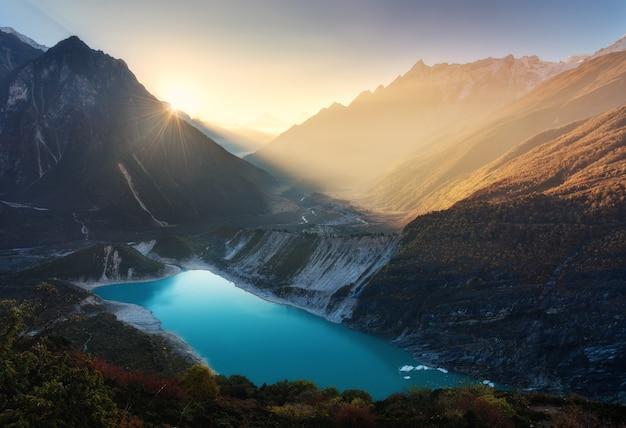Bergvallei en meer met turkoois water bij zonsopgang in nepal Premium Foto