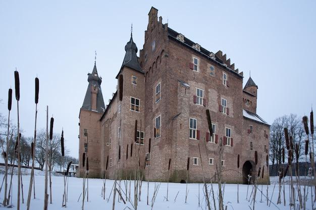 Beroemd historisch kasteel doorwerth in heelsum, nederland tijdens de winter Gratis Foto