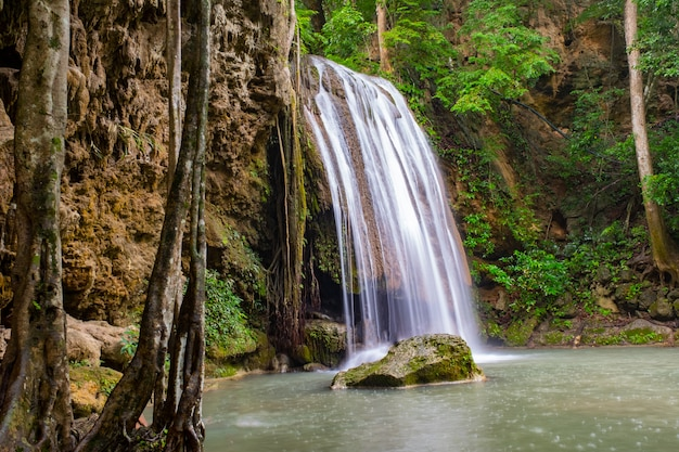 Beroemde plaats in thailand (arawan-waterval) Premium Foto