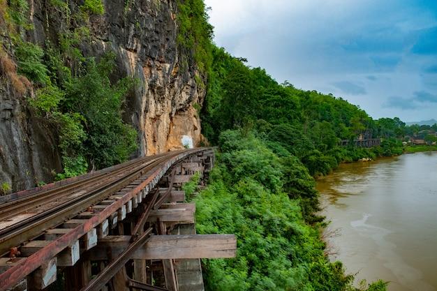 Beroemde plaats in thailand (death railway in de buurt van station tham-kra-sae) Premium Foto