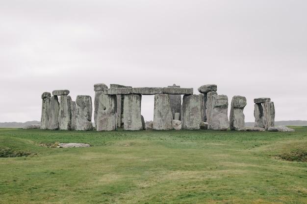 Beroemde stonehenge, het verenigd koninkrijk onder de bewolkte hemel Gratis Foto