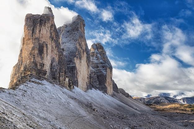 Beroemde weergave van de rotsachtige bergen tre cime di lavaredo vanaf het wandelpad, dolomieten, italië Premium Foto
