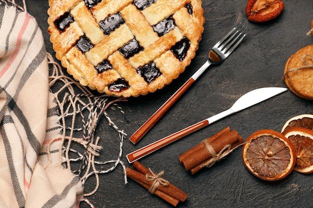 Berry taart taart op zwarte tafel close-up foto Premium Foto