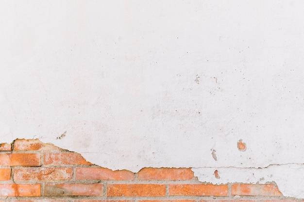 Beschadigde witte geschilderde bakstenen muur Premium Foto