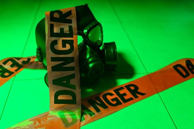 Beschermend gasmasker en administratieve rompslomp Premium Foto