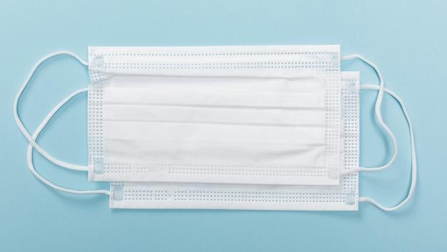 Beschermende gezichtsmaskers op blauwe tafel Premium Foto