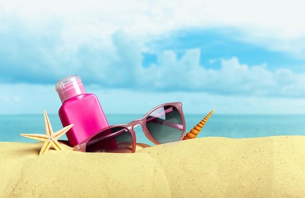 Bescherming tegen de zon ingesteld op het strand Premium Foto