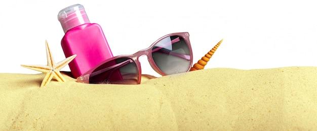 Bescherming tegen de zon ingesteld op strand Premium Foto