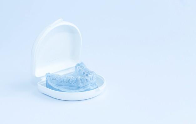 Bescherming van tanden tegen de druk van de bovenkaak tijdens de slaap, wit lichaam. Premium Foto