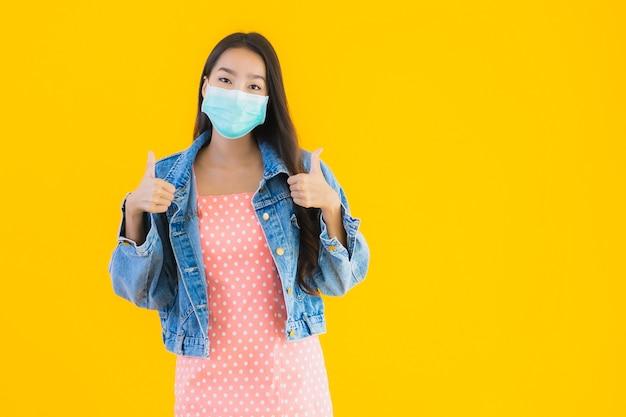 Beschermt het portret mooie jonge aziatische vrouwenslijtage masker voor coronavirus of covid19 Gratis Foto