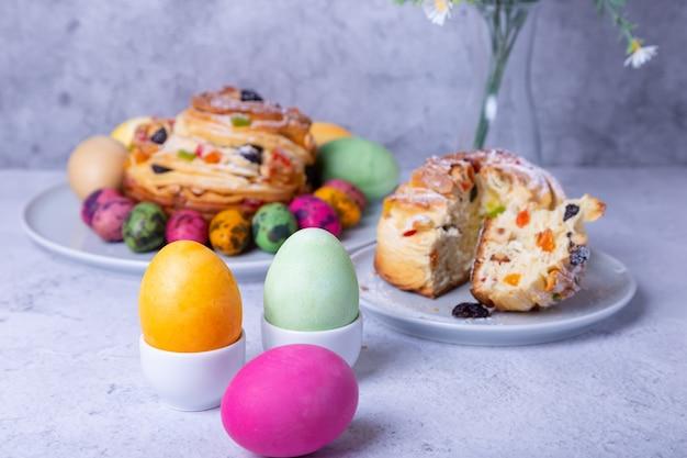 Beschilderde eieren en craffin met rozijnen, noten, gekonfijt fruit en paaseieren Premium Foto