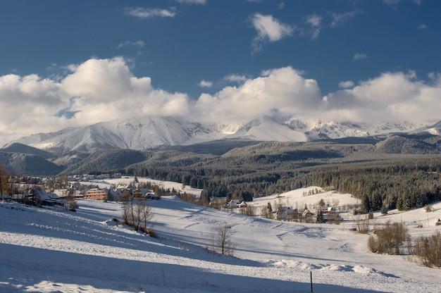 Besneeuwde bergdorp Premium Foto