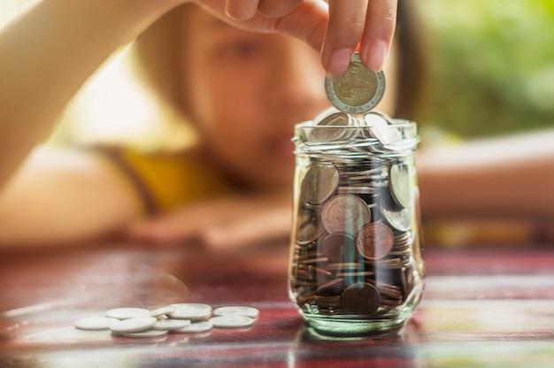 Bespaar geld en account banking voor het financiele bedrijfsconcept Premium Foto