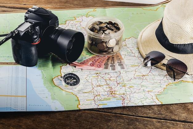 Bespaar geld voor een reis. reisaccessoires voor de reis. paspoorten Premium Foto