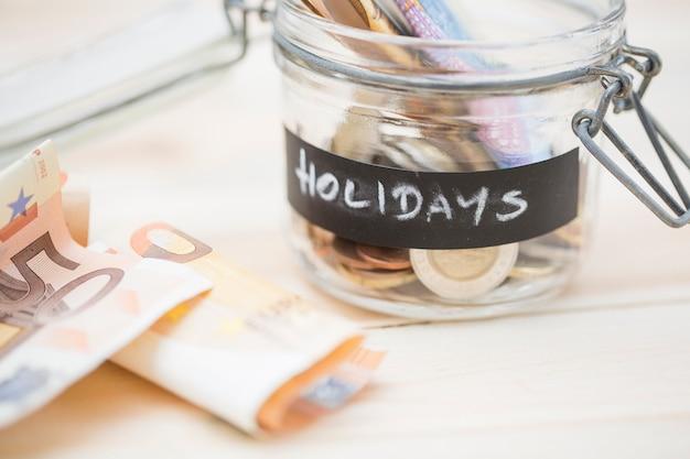 Besparingen in de glazen pot voor vakanties Gratis Foto