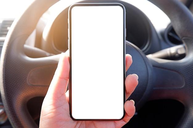Bespotten bestuurder hand telefoon in auto leeg duidelijk scherm voor tekst Premium Foto