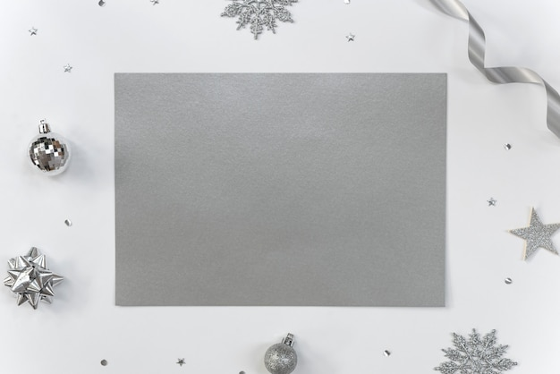 Bespotten groet papieren kaart op wit met kerstversiering en confetti. Premium Foto