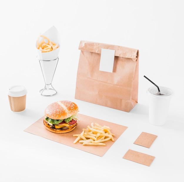 Bespotten set van hamburger; frietjes; pakket en verwijdering cup op wit oppervlak Gratis Foto