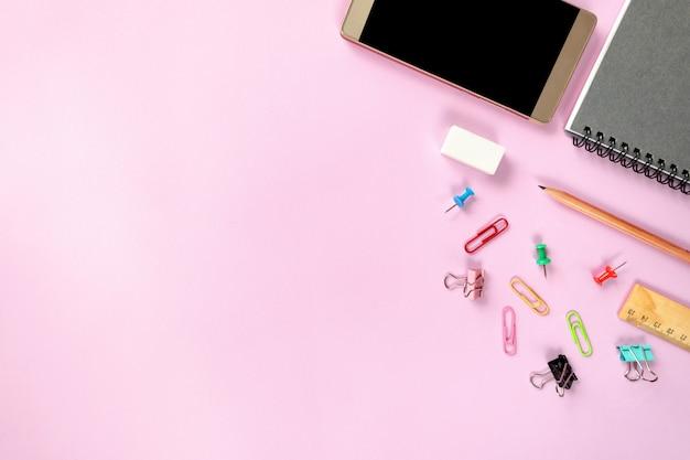Bespotten smart-phone en kantoorapparatuur of accessoires op kleurrijke achtergrond Premium Foto