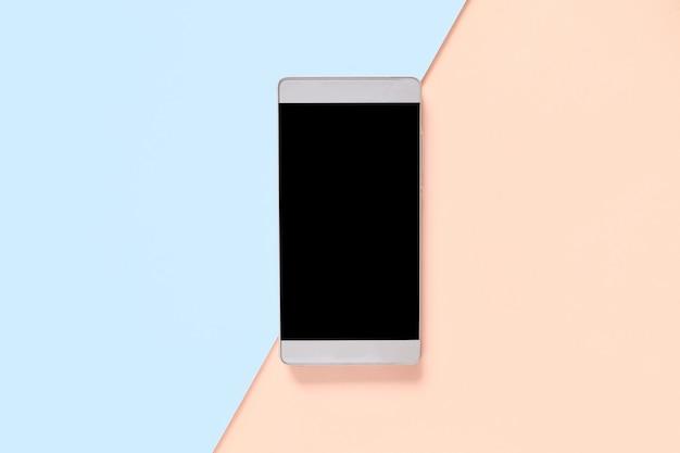 Bespotten smartphone op een blauw oranje pastel gekleurde achtergrond. ontwerp voor reclame Premium Foto