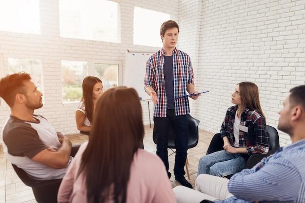 Bespreking van problemen tijdens sessie groepspsychotherapie. Premium Foto