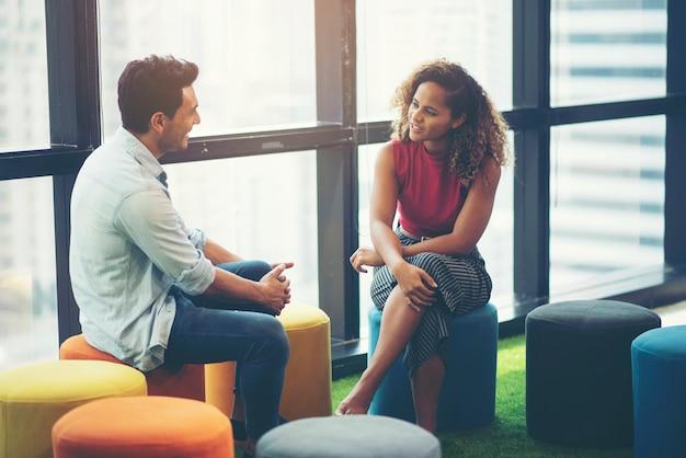 Bespreking van zakenlieden, afro-amerikaanse vrouwen en amerikaanse zakenlieden Premium Foto