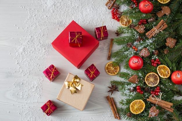Bessen, appels, stukjes sinaasappel, sneeuw, kaneel en geschenken in verschillende vormen en kleuren Premium Foto
