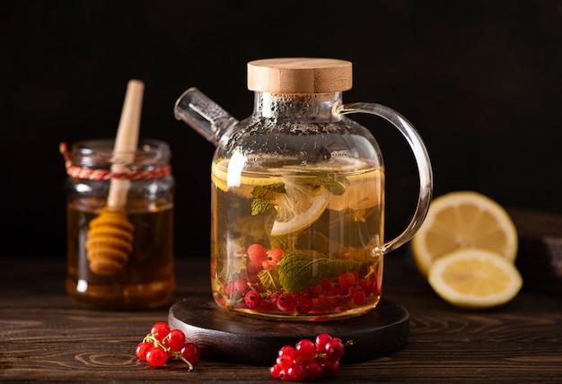 Bessenthee met rode bessen, citroen, munt en honing Premium Foto