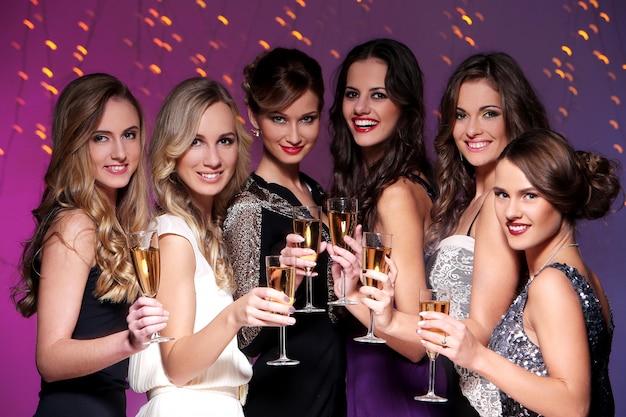 Beste vrienden die een nieuwjaarsfeest hebben Gratis Foto