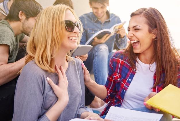 Beste vrienden die lol hebben tijdens de pauze Gratis Foto