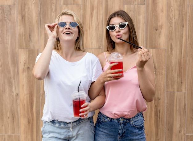 Beste vrienden die zich voordeed op een houten achtergrond Gratis Foto