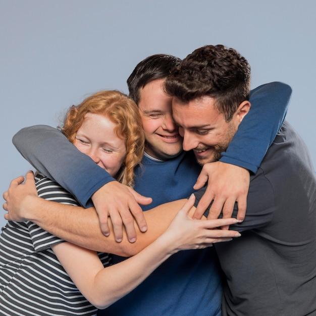 Beste vrienden knuffelen terwijl ze diversiteit promoten Gratis Foto