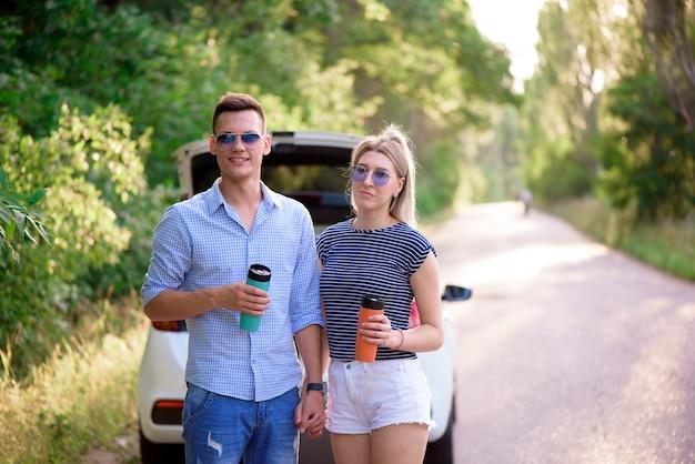 Beste vrienden reizen samen en maken plezier. zomer avontuur. Premium Foto