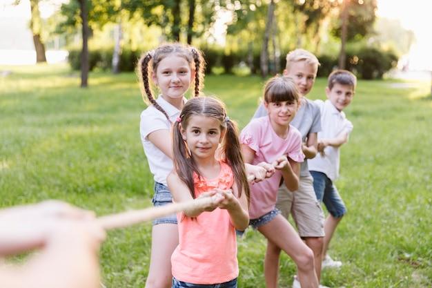 Beste vrienden zijn een team in touwtrekken Gratis Foto