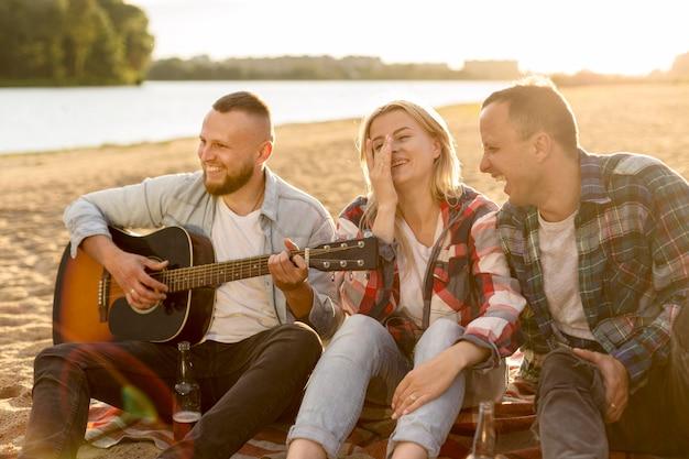 Beste vrienden zingen op een strand Gratis Foto