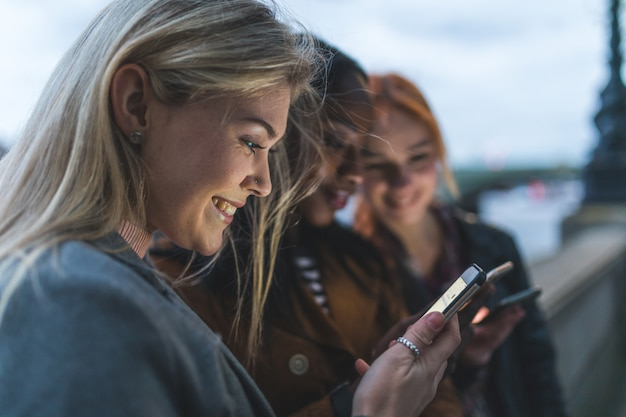 Beste vriendenmeisjes met smartphone in londen Premium Foto