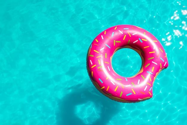 Bestrooid opblaasbaar stuk speelgoed in pool helder water Premium Foto
