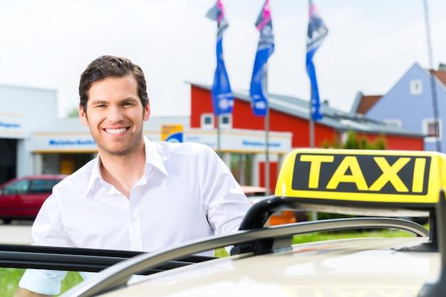 Bestuurder voor taxi die op cliënten wacht Premium Foto