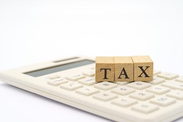 Betaal jaarinkomen (belasting) voor het jaar op rekenmachine. Premium Foto