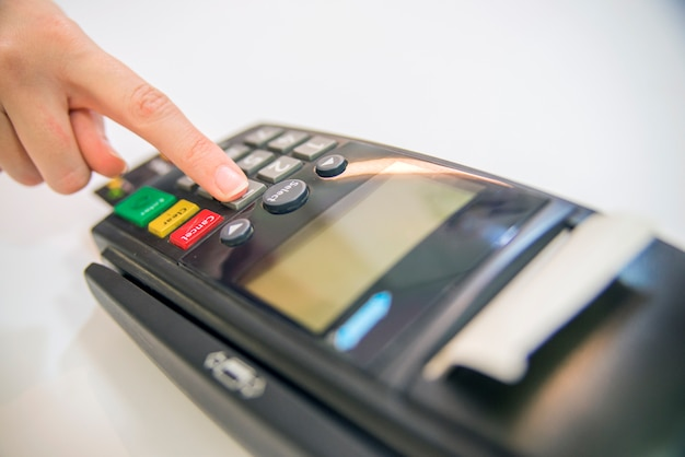 Betalingskaart in een bank terminal. het concept van elektronische betaling. hand pin code op pin pad van kaart machine of pos terminal goede foto Gratis Foto