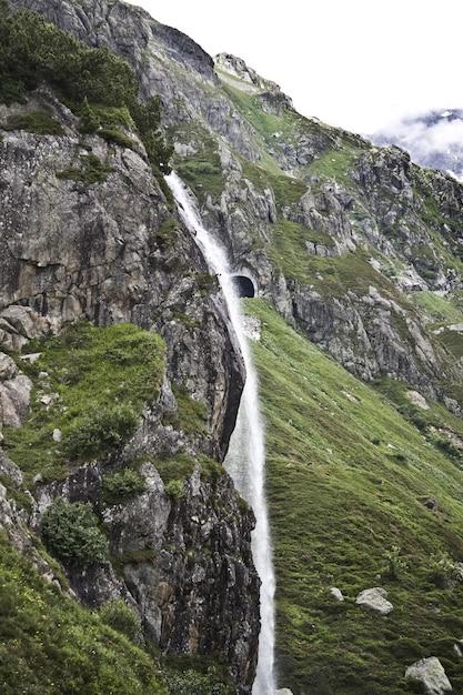 Betoverend landschap van de prachtige waterval tussen de rotsachtige bergen Gratis Foto
