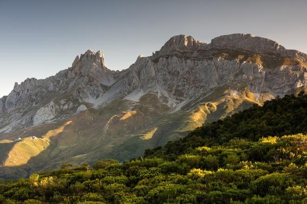 Betoverend uitzicht op de bergen en kliffen in het nationaal park picos de europa in spanje Gratis Foto